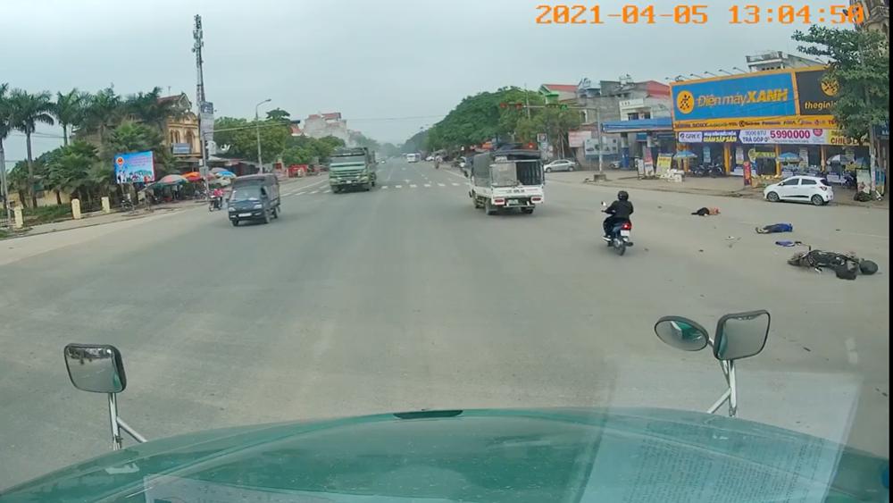 Bắc Giang: Vượt đèn đỏ, 2 bà cháu bị xe tải đâm văng ra xa