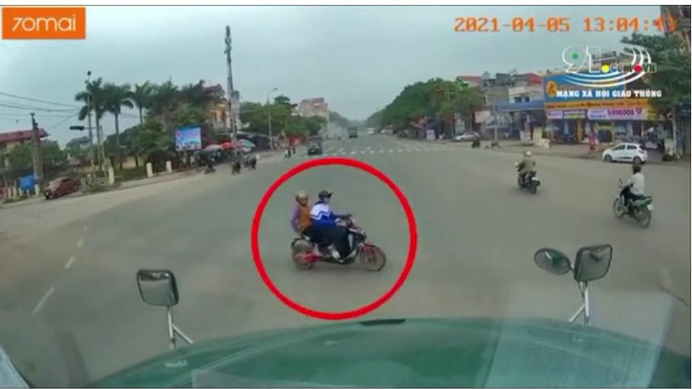 Bắc Giang: Cháu lái xe đạp điện vượt đèn đỏ, bà nội ngồi sau tử vong