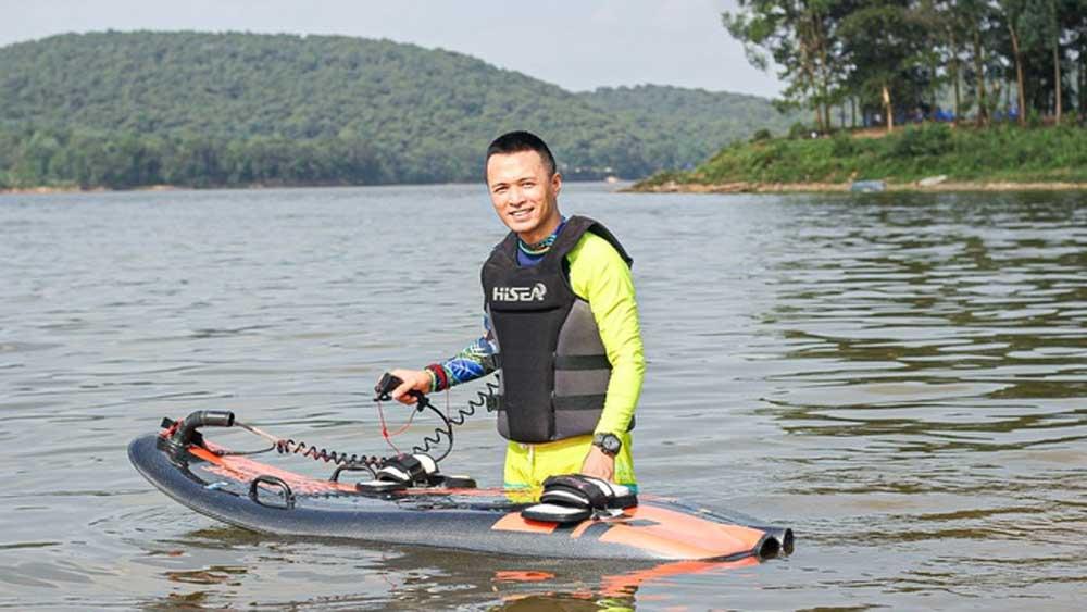 """Người đàn ông Hà Nội lướt ván phản lực """"giá gấp rưỡi chiếc SH"""" giữa hồ"""