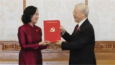 Tổng Bí thư Nguyễn Phú Trọng trao quyết định phân công Trưởng Ban Tổ chức Trung ương và Trưởng Ban Dân vận Trung ương