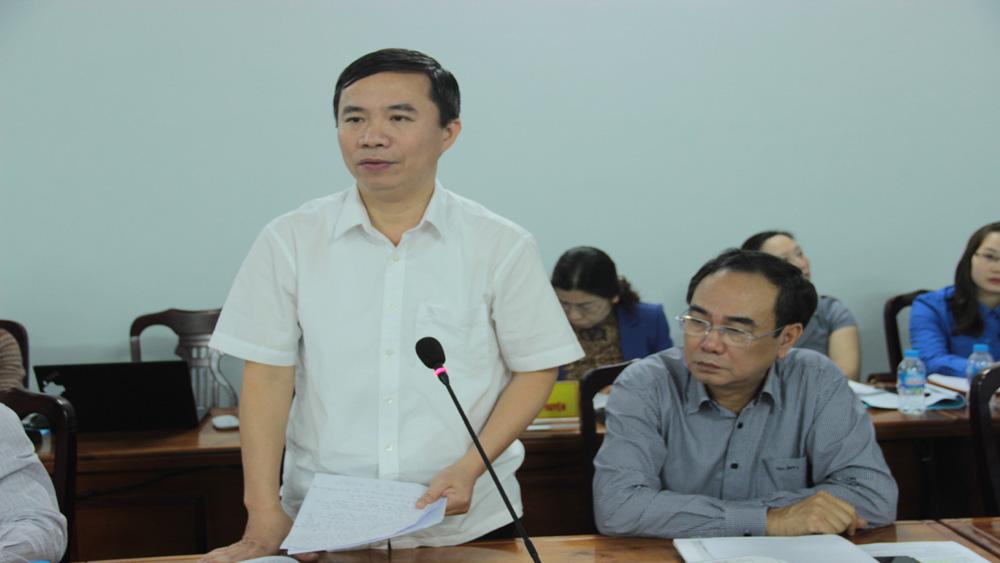 Giám đốc Sở Nông nghiệp và PTNT Dương Thanh Tùng trao đổi ý kiến.