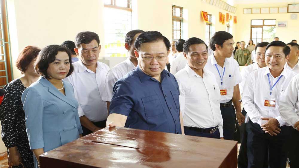 Chủ tịch Quốc hội Vương Đình Huệ kiểm tra công tác chuẩn bị bầu cử tại huyện Tiên Lãng, Hải Phòng
