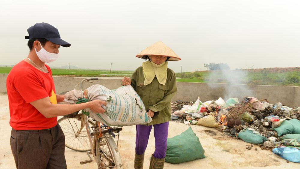 Bà Nguyễn Thị Bên, thôn Chiền, xã Đan Hội (Lục Nam) mang rác tới bãi tập trung xử lý rác của thôn.