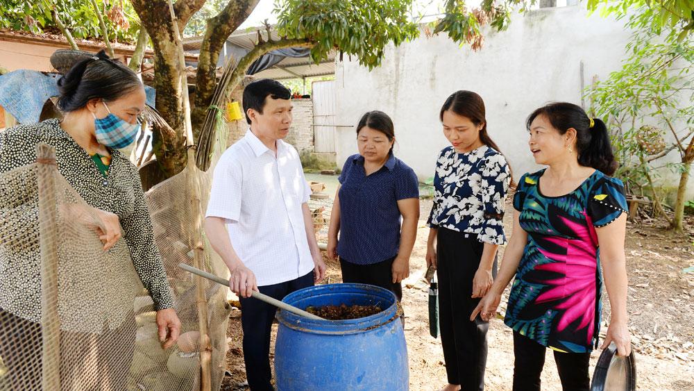 Chủ tịch Hội Nông dân tỉnh Nguyễn Văn Thi kiểm tra mô hình thu gom,phân loại và xử lý rác thải hữu cơ tại xã Cao Xá (Tân Yên).
