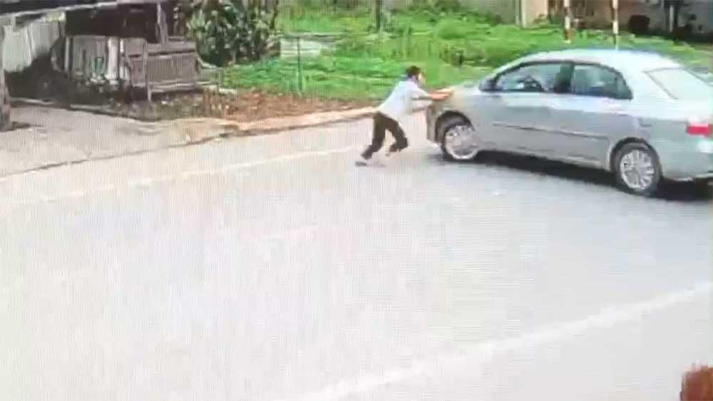 Clip: Bức xúc cảnh tài xế quỵt tiền bia còn dùng ô tô xô ngã bé gái ở Nghệ An