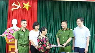 Trao trả 5 cây vàng cho người đánh rơi tại Bệnh viện Ung bướu Bắc Giang