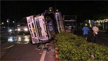 Bình Dương: Xe tải đè bẹp xe con, 4 người thoát chết