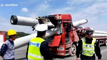 Cọc bê tông xuyên thủng cabin xe tải, tài xế thoát chết