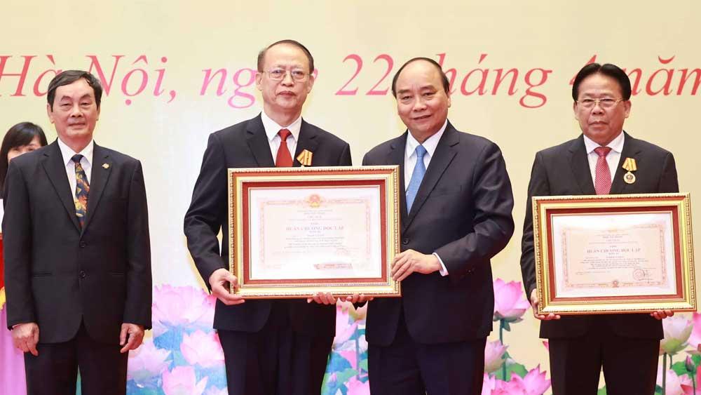 Chủ tịch nước Nguyễn Xuân Phúc, trao tặng, danh hiệu cao quý, nhà khoa học xuất sắc
