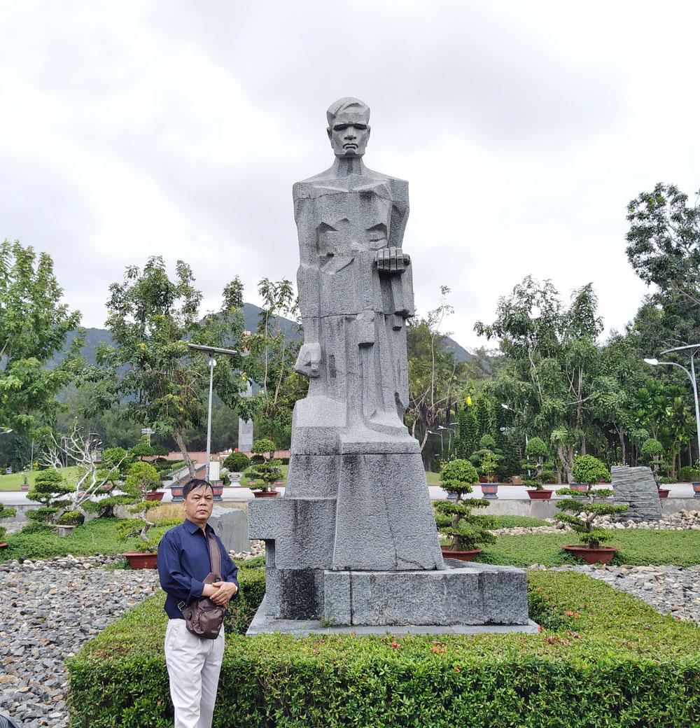 Côn Đảo, nghĩa trang Hàng Dương,  trách nhiệm đảng viên, tượng đài Trao áo
