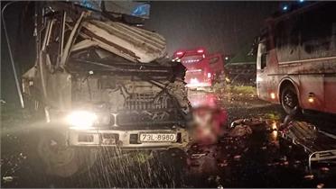 Bình Phước: Xe khách giường nằm đấu đầu xe tải, gần 10 người bị thương