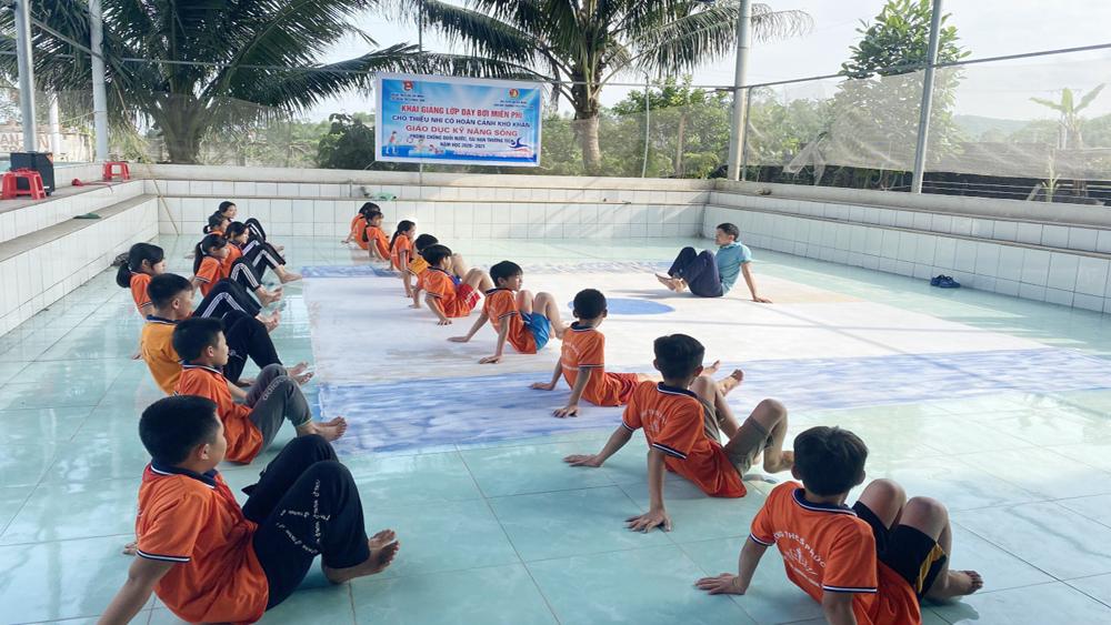 Tân Yên dạy bơi miễn phí cho học sinh có hoàn cảnh khó khăn