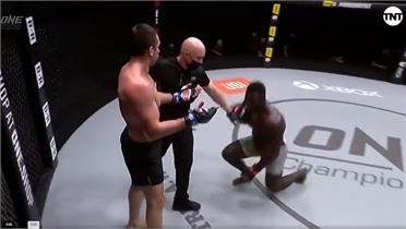 Võ sĩ MMA thắng knock-out sau đòn đánh vào cổ