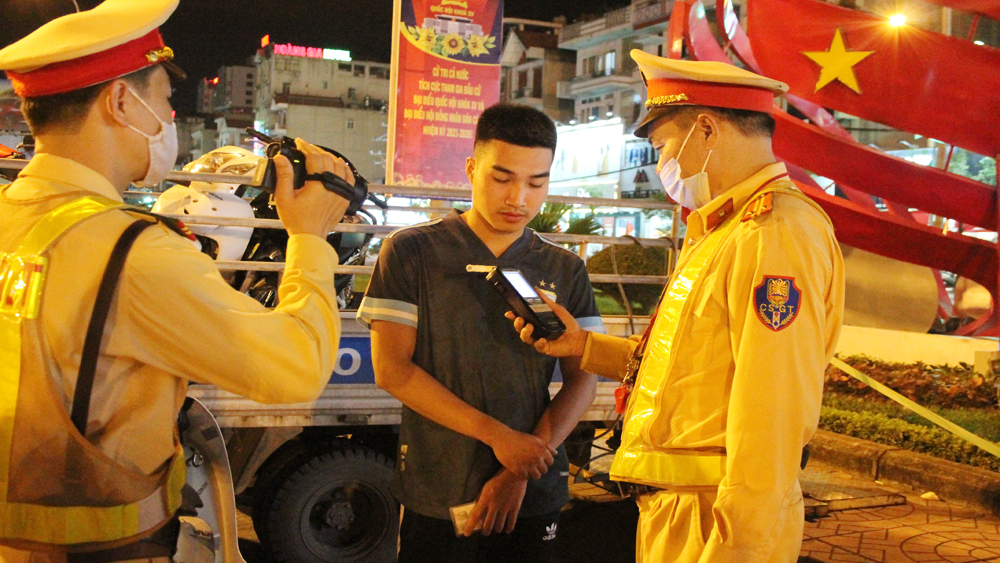 Theo chân cảnh sát xử lý vi phạm giao thông dịp nghỉ lễ