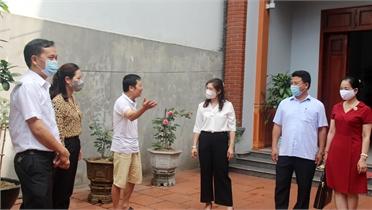 Phó Chủ tịch Thường trực HĐND tỉnh Lâm Thị Hương Thành giám sát công tác chuẩn bị bầu cử tại TP Bắc Giang
