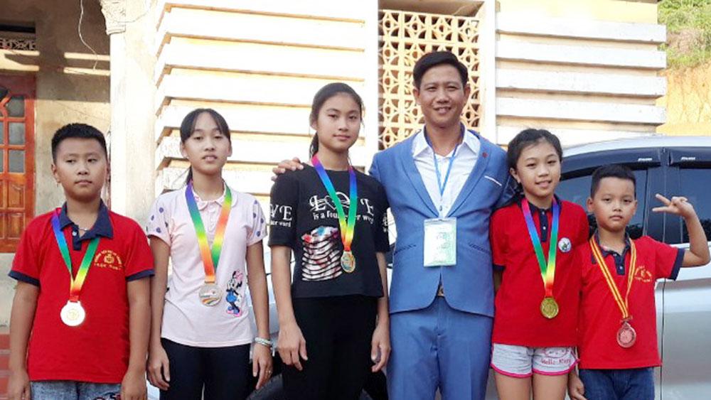 Bắc Giang: Thầy giáo làng xây bể,  dạy bơi cho trẻ