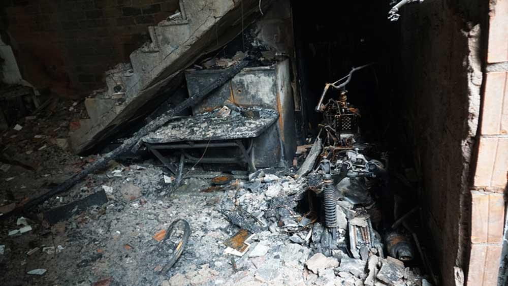 Nhà cháy, 8 người chết, thùng xi đổ lan vào bếp nến