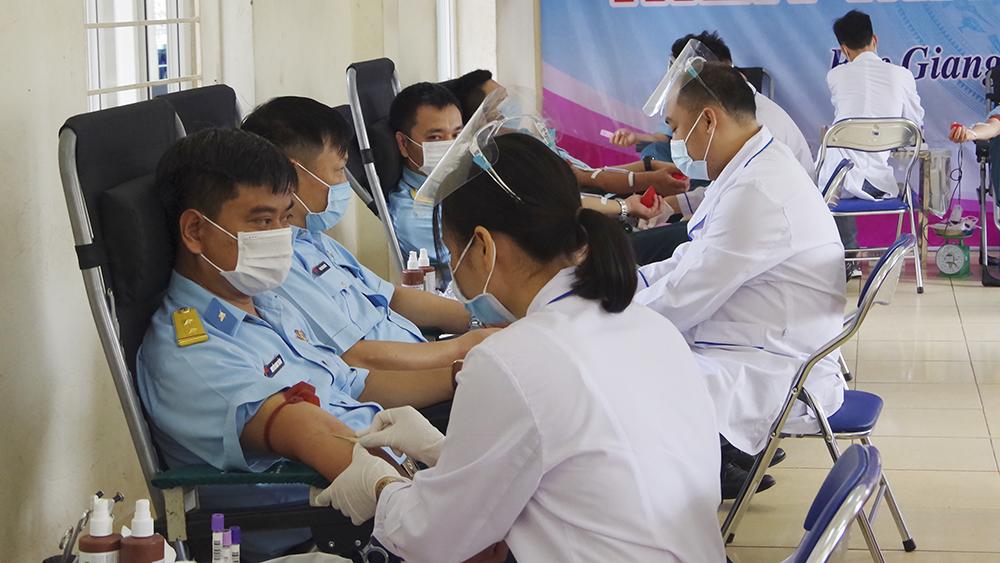 Hơn 900 cán bộ, chiến sĩ trẻ Sư đoàn 356 hiến máu tình nguyện