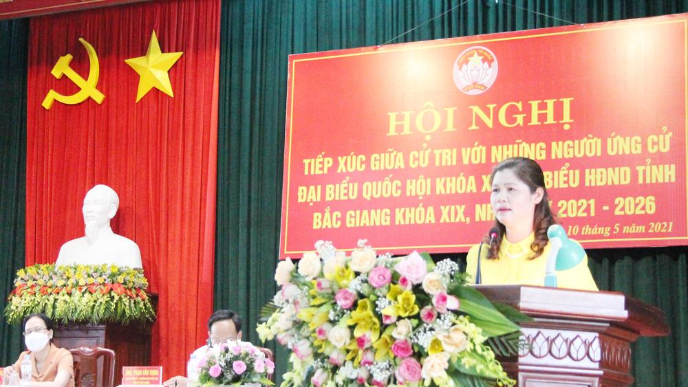 Phó Chủ tịch Thường trực HĐND tỉnh Lâm Thị Hương Thành tiếp xúc cử tri, vận động bầu cử tại Tân Yên