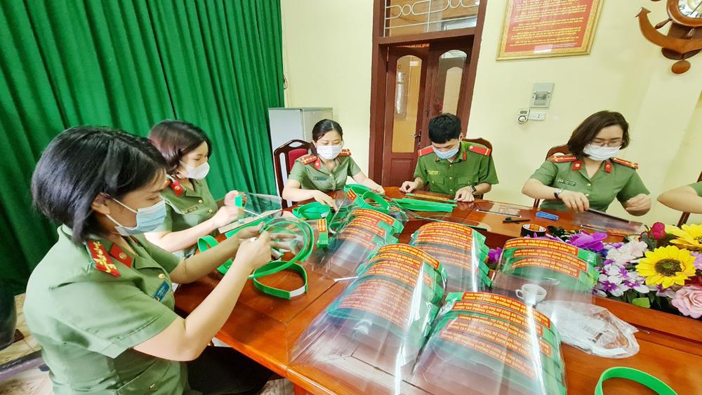 Hội viên phụ nữ, đoàn viên Công an tỉnh tham gia làm mũ.