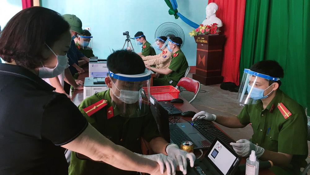 Công an huyện Yên Dũng sử dụng mũ chắn giọt bắn được tặng khi làm căn cước công dân tại thôn Ao Gạo, xã Cảnh Thụy. Ảnh: Dũng Hà.