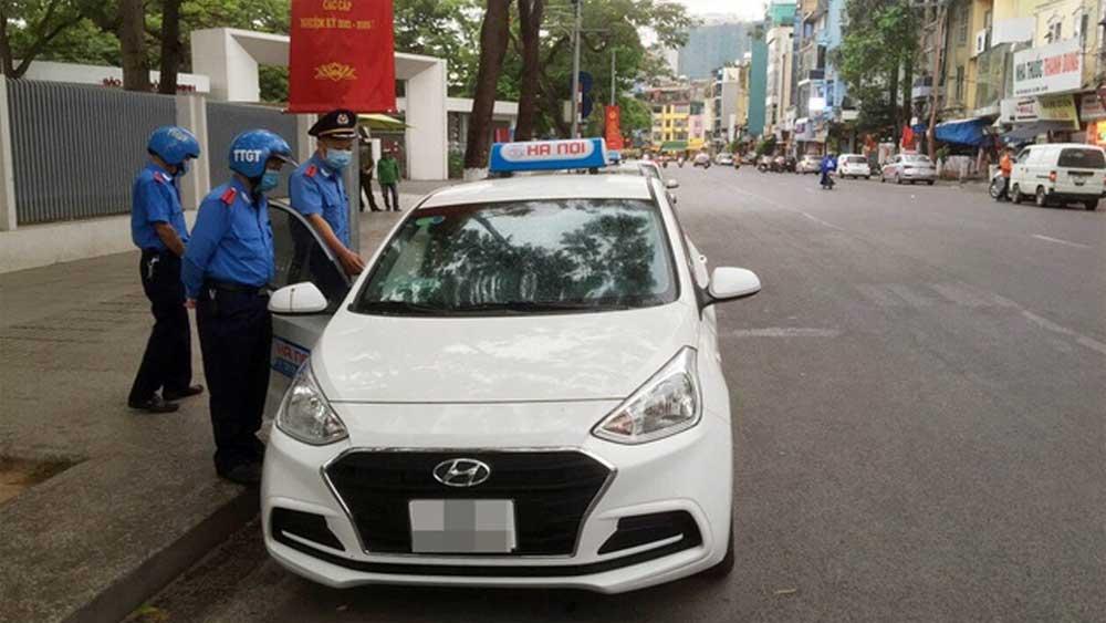 """Đi đường vòng """"chặt chém"""" khách Tây, tài xế taxi ở Hà Nội bị xử phạt"""