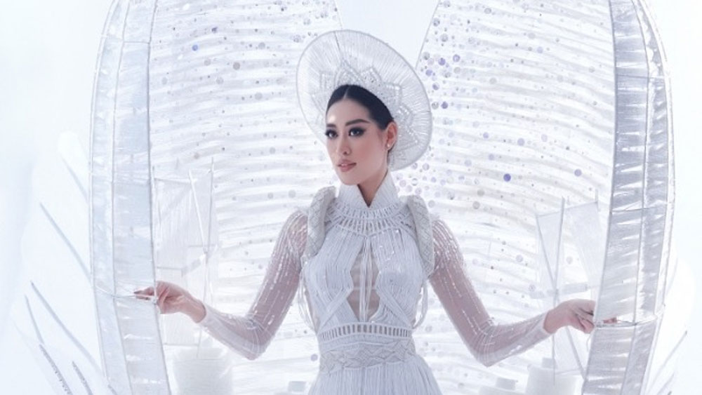 Vietnamese contestants move past ao dai at beauty pageant