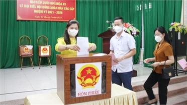 Cử tri Bắc Giang thực hiện nghiêm quy định phòng dịch khi đi bầu cử