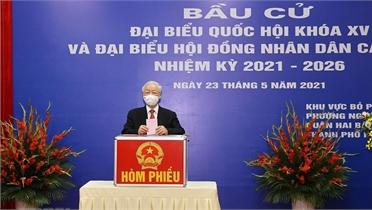 Các đồng chí lãnh đạo Đảng, Nhà nước, Quốc hội cùng cử tri cả nước đi bỏ phiếu