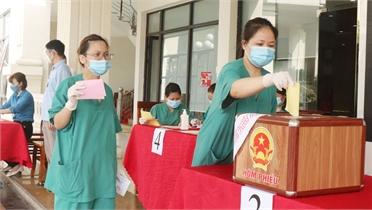 Tình nguyện viên đi bầu cử ở Bắc Giang: Ngày hội của trách nhiệm, tình đoàn kết, sẻ chia