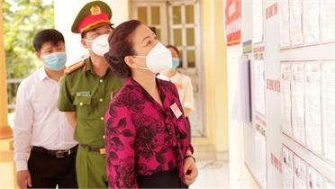 Phó Bí thư Thường trực Tỉnh ủy Lê Thị Thu Hồng kiểm tra công tác bầu cử tại huyện Việt Yên