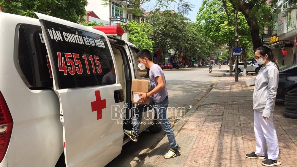 Đặng Minh Trí cùng nhân viên y tế CDC Bắc Giang vận chuyển thiết bị y tế phòng, chống dịch Covid-19 sáng 23/5.