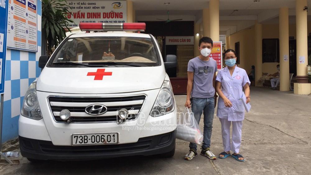 Đặng Minh Trí cùng xe cứu thương của mình làm nhiệm vụ hỗ trợ công tác phòng, chống dịch Covid-19 tại CDC Bắc Giang.