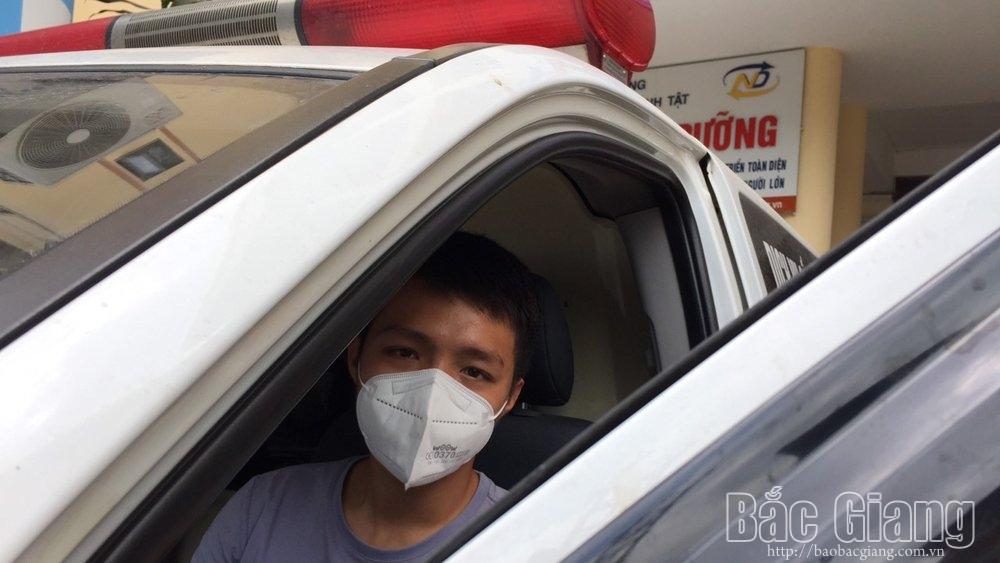 Đặng Minh Trí lái xe cứu thương xuyên đêm ra tỉnh Bắc Giang tình nguyện hỗ trợ phòng, chống dịch Covid-19.