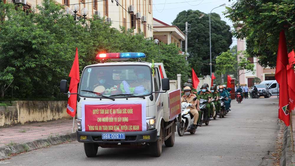 Lực lượng chức năng và thanh niên tình nguyện diễu hành hưởng ứng bảo vệ vùng vải an toàn.
