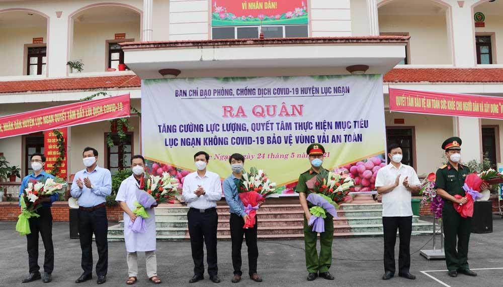 Các đồng chí Thường trực Huyện uỷ tặng hoa lực lượng tham gia phòng, chống dịch.