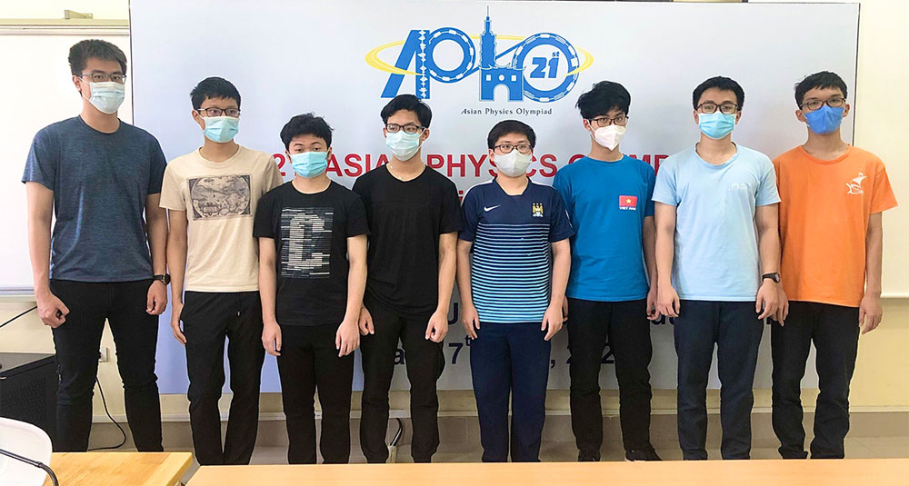 Vietnamese student, scores highest, Asian Physics Olympiad, Hanoi 12th grader, team of eight students, Hanoi - Amsterdam High School for the Gifted
