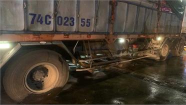 Vụ tai nạn hy hữu ở Bình Thuận: Xe tải tông xe máy, người 'dính' vào hông xe tải chạy 20km