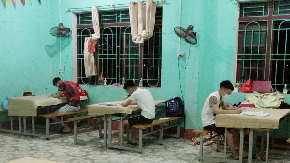 Bắc Giang: Thầy trò vẽ tranh, ôn thi trong khu cách ly