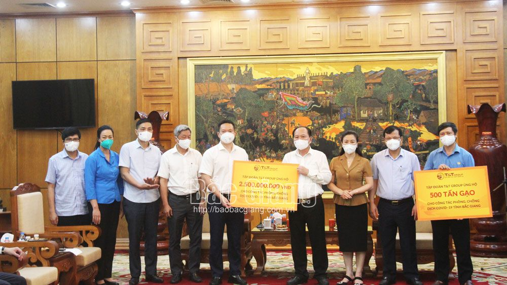 Ministry of Health, hands over, cash and necessities, Bac Giang province, Covid fight, Covid-19 prevention and control