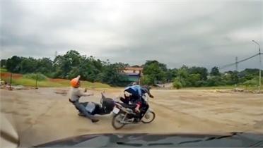 Không giảm tốc độ khi qua ngã tư, hai xe máy va chạm kinh hoàng