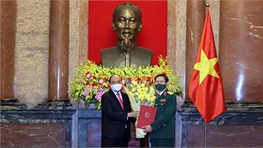 Chủ tịch nước Nguyễn Xuân Phúc trao Quyết định bổ nhiệm Tổng Tham mưu trưởng Quân đội nhân dân Việt Nam