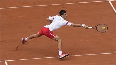 Djokovic thoát hiểm ở vòng bốn Roland Garros