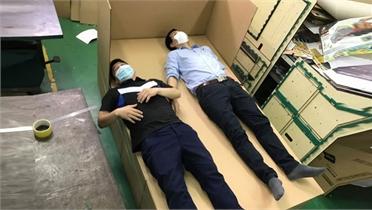 Áo làm mát và giường carton hỗ trợ chống dịch Covid-19
