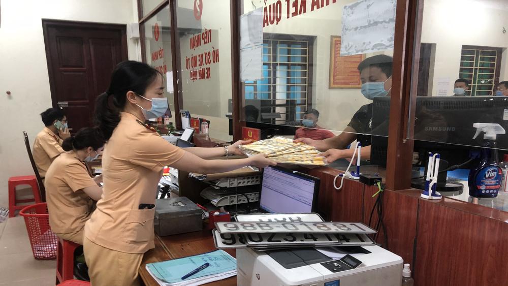 CSGT Bắc Giang làm việc cả thứ Bảy, Chủ nhật để cấp biển số màu vàng