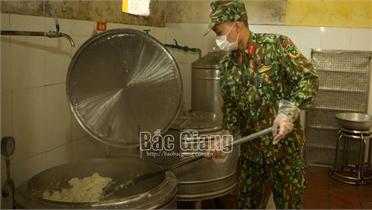 """Bắc Giang: """"Suất ăn yêu thương"""" của những đầu bếp mặc áo lính"""