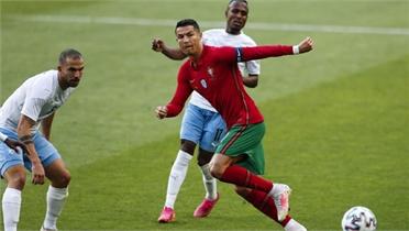 Ronaldo, Fernandes giúp Bồ Đào Nha thắng lớn
