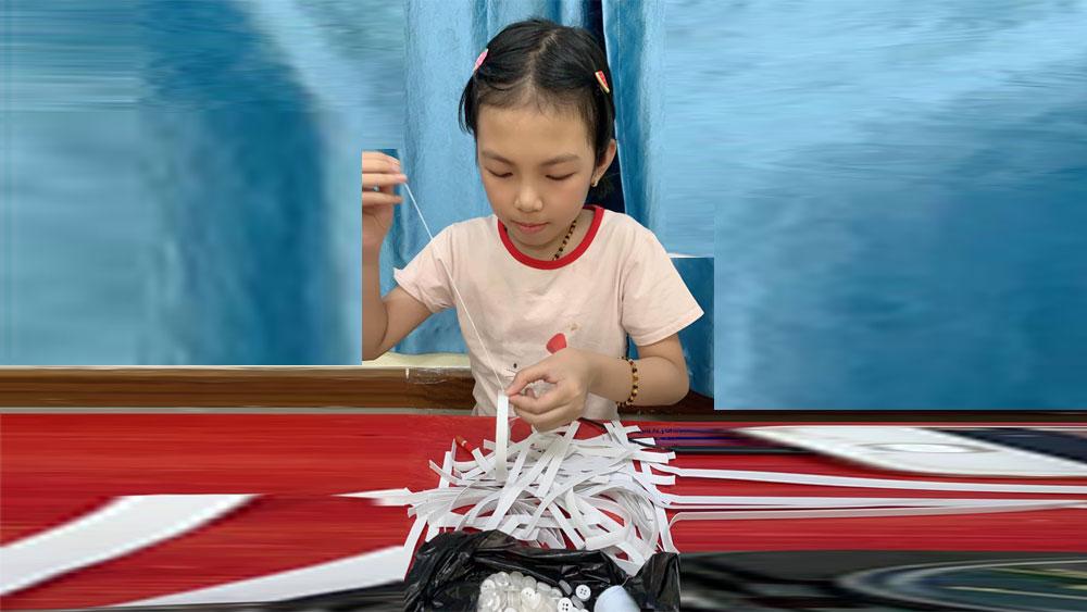 Học sinh lớp 3 cùng mẹ khâu 500 tai giả tặng y bác sĩ