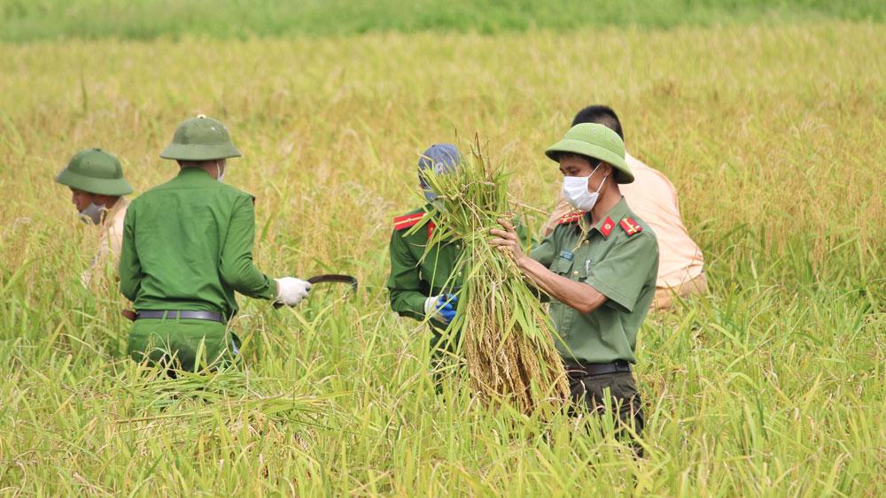 Tuổi trẻ Công an tỉnh Bắc Giang: Vừa chống dịch, vừa xuống đồng giúp dân