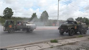 Lực lượng phòng hóa - Quân khu 1 phun khử khuẩn tại khu vực thôn Núi Hiểu